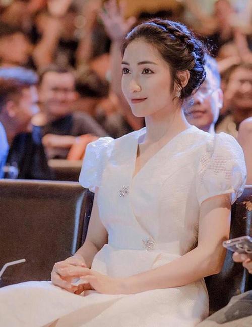 Tham dự sự kiện gần đây, Hòa Minzy gây bất ngờ vì hình ảnh dịu dàng hiếm thấy. Diện chiếc váy trắng thanh tao như công chúa, cô nàng còn kết hợp cùng kiểu tóc búi tết rất điệu đà.