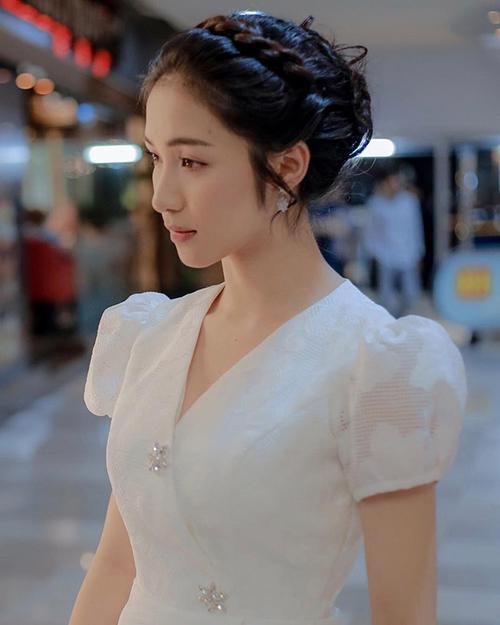 Bộ đầm của Hòa Minzy có màu trắng tinh khôi với tay bồng, cổ áo đính đá nhỏ xinh tạo nên tổng thể rất cổ điển.
