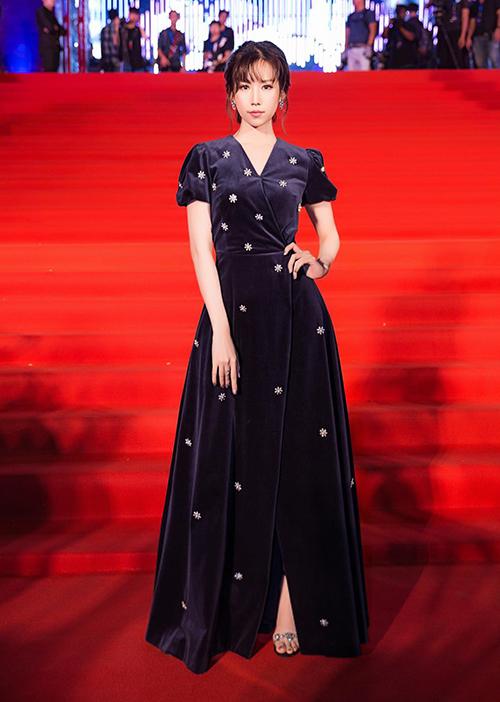 Min là sao Việt duy nhất chịu chi 50 triệu đồng để sắm về chiếc váy cùng thương hiệu với Song Hye Kyo, chỉ khác biệt về màu sắc.