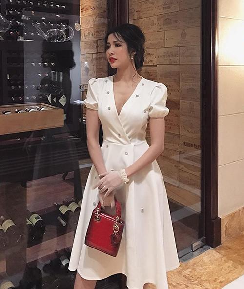 Rất nhiều hãng thời trang Việt đua nhau cho ra mắt những sản phẩm ăn theo váy cưới của minh tinh Hàn với đủ chất liệu, mức giá khác nhau. Tuy thiết kế kém xa bản gốc nhưng cũng đủ thỏa mãn những cô nàng muốn điệu đà như Song Hye Kyo mà không đủ kinh phí.