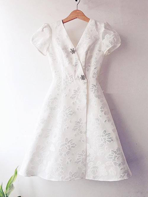 Chiếc đầm của Hòa Minzy đến từ một thương hiệu đồ thiết kế Việt, được làm từ chất liệu gấm hoa văn. Nhãn hàng này cho biết, món đồ được lấy cảm hứng từ chiếc váy cưới trứ danh của Song Hye Kyo nên có kiểu dáng hao hao, tuy nhiên thiết kế gọn gàng hơn để phù hợp với việc mặc đời thường. Giá bán của nó là 1,4 triệu đồng.