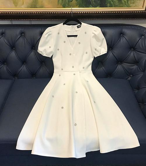 Đặc trưng của kiểu váy này là dáng xòe nhẹ, tay bồng, cổ tim và đính đá lấp lánh, giúp người mặc trở nên rất yêu kiều.
