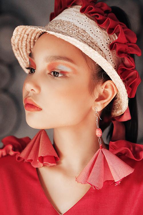 Mang trong mình 2 dòng máu Việt Nam và New Zealand, Alex sớm tạo được sự chú ý trong làng thời trang bởi chính nét lai Tây thu hút.