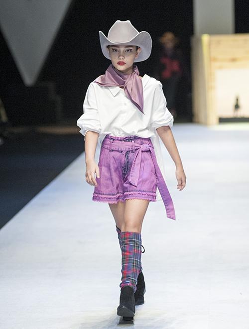 Bên cạnh những người mẫu chuyên nghiệp, chân dài nhí Alexandra Matheson là một gương mặt gây ấn tượng ở Vietnam International Fashion Week Xuân Hè 2018. Xuất hiện mở màn cùng dàn mẫu nhí trong BST The wild of nature, Alex gây ấn tượng với cách trình diễn chuyên nghiệp trong trang phục của một cô cao bồi miền viễn Tây.