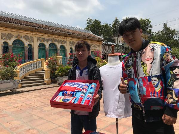 Với câu trả lời cực kì xuất sắc là Đông Tây hội ngộ một nhà  Cần Thơ trẻ chất săn quà Pepsi, Hoàng Duy đã trở thành người sở hữu hộp quà 5 lon Pepsi mang phong cách Retro mô phỏng những thập niên 40s, 50s, 60s, 80s, 90s.Cùng với đó, anh Huỳnh Phương Duy với việc xuất sắc chỉ ra được 5 gương mặt quốc tế đại sứ thương hiệu Pepsi trên chiếc áo bomber Pepsi x Hà Nhật Tiếncũng đã trở thành chủ nhân của phần quà này.