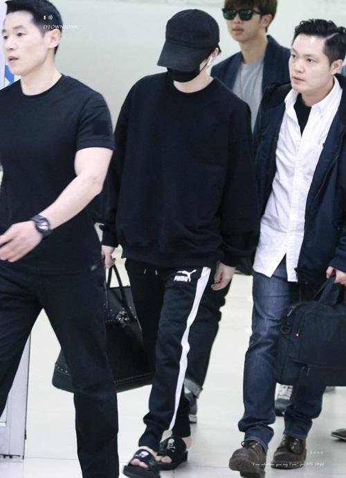 BTS về Hàn sau khi hoàn thành concert ở Nhật. Suga được cả dàn vệ sĩ điển trai vây quanh. Đôi dép lê của nam ca sĩ là thuộc hàng hiệu của Nhật.