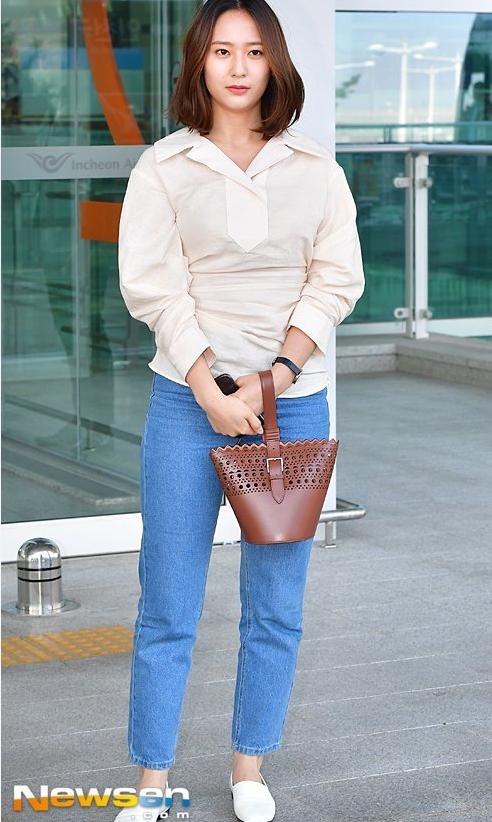 Krystal xuất hiện ở sân bay.