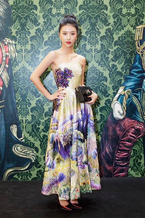 Dù sở hữu thân hình mảnh mai, chiều cao lý tưởng 1,68 m nhưng khi đi sự kiện, Quỳnh Anh Shyn trông khá nhỏ bé vì chọn kiểu dáng trang phục chưa phù hợp. Phong cách sang trọng, già dặn cũng không phù hợp với hot girl Hà thành.