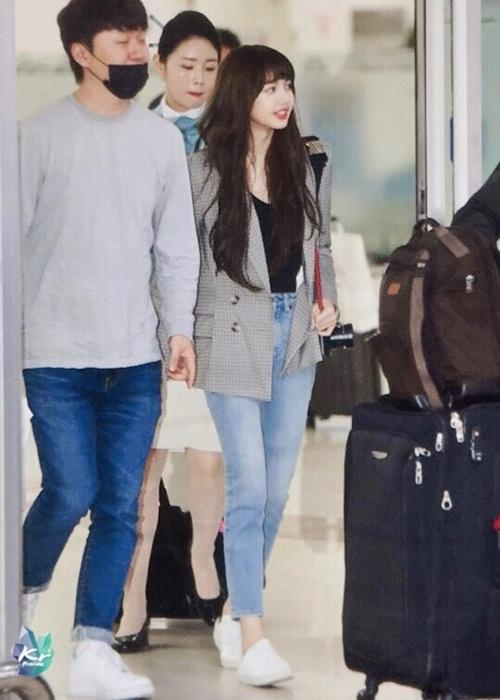 Lisa trở về Hàn muộn hơn các thành viên khác trong Black Pink. Em út có hình tượng chín chắn hơn với áo blazer xám.