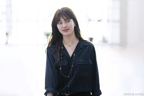 Suzy nổi tiếng vì nét đẹp tự nhiên. Gà nhà JYP không cần make up mắt vẫn tỏa sáng khi ra sân bay.