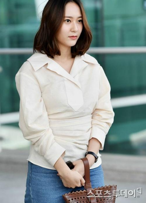 Chiếc áo có thiết kế lạ khiến cô nàng mũm mĩm hơn.