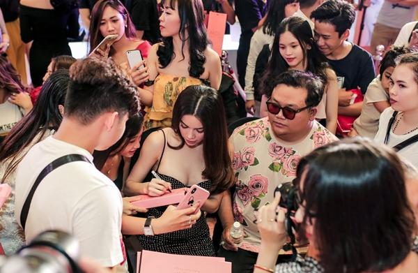 Ekip của Hồ Ngọc Hà còn tạo nên không gian làm đẹp để các cô gái có cơ hội trải nghiệm, được tư vấn cách chăm sóc bản thân. Nữ ca sĩ bị fan vây kín xin chữ ký sau khi buổi nói chuyện kết thúc.