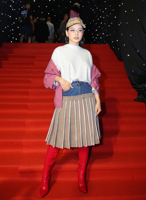 Ở Vietnam International Fashion Week vừa qua, nữ diễn viên gây hoang mang vì diện trang phục tổng hòa những gì nổi bật nhất: áo khoác caro, boots đỏ, chân váy hai cạp... khiến vẻ ngoài bị rối rắm, kém sang.