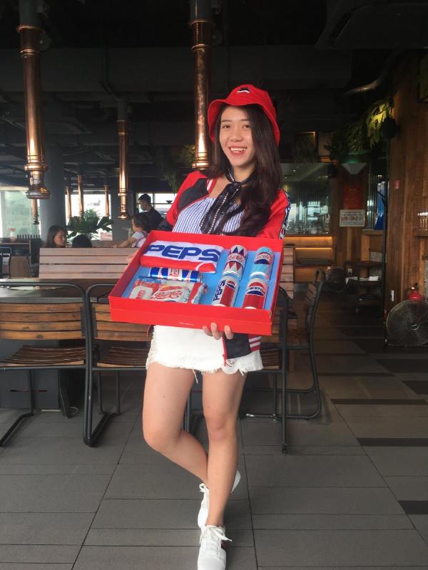 Tiếp tục quay trở lại Hồ Hoàn Kiếm, lần này là từ góc nhìn xuống Cầu Thê Húc. Ở đây córất nhiều phần thưởngmà nổi bậc nhất là chiếc nón có in hình Pepsi cùng với bộ quần áo Pepsi x ZONER màu đỏ cực phong cách. Sau khi trả lời được 4 câu slogan đã được Pepsi sử dụng tại Việt Nam và thắng cuộc, chị Thảo chia sẻ: Mình thích thiết kế thập niên 60s nhất bởi sự trẻ trung, năng động và phù hợp với lứa tuổi của mình.