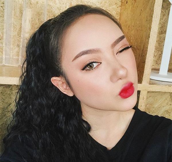 Jannine Weigel nổi tiếng từ năm 14 tuổi cũng nhờ những clip cover khoe giọng hát ngọt như mía lùi. Ở Việt Nam, cô bạn 17 tuổi này cũng không phải là gương mặt xa lạ. Từng có thời được mệnh danh là thiên thần Thái Lan nhờ vẻ đẹp trong veo, Jannine càng lớn càng chuyển phong cách khác biệt hoàn toàn.