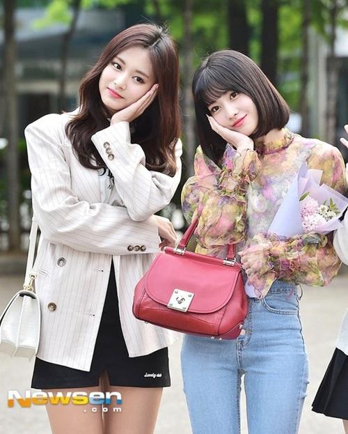 Sáng ngày 27/4, Twice là idol được chào đón nhất khi đến Music Bank. Tzuyu và Momo đọ nhan sắc, 2 cô nàng cùng tạo dáng, khiến fan không thể chọn ra ai là người đẹp hơn.