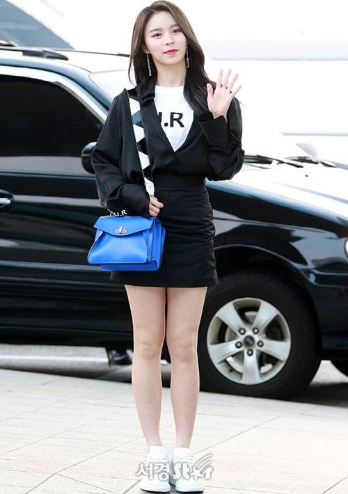 Thành viên CLC Elkie trở về quê nhà, nữ ca sĩ có chiều cao chuẩn siêu mẫu, khuôn mặt nhỏ, phong cách thời thượng.