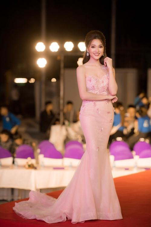 Top 10, Người đẹp ảnh Hoa hậu Hoàn vũ Việt Nam 2017 có mặt tại Hà Nội để đảm nhận vị trí giảm khảo đêm chung kết cuộc thi Duyên dáng Kinh tế 2018 do Khoa Kinh tế và Phát triển nông thôn của Học viện Nông nghiệp Việt Nam tổ chức.