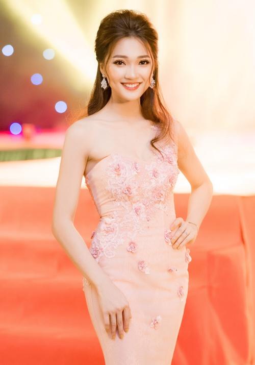 Ngọc Nữ thu hút mọi ánh nhìn khi chọn váy dạ hội màu pastel thiết kế lệch vai tại sự kiện. Người đẹp hoàn thiện phong cách bằng mái tóc bới cầu kỳ và trang điểm nhẹ nhàng. Trang phục này giúp cô gái sinh năm 1994 khoe lợi thế làn da trắng mịn, số đo 3 vòng chuẩn.