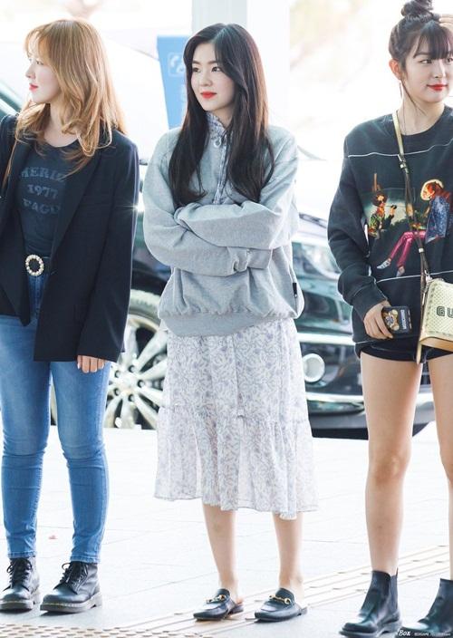 Red Velvet sang Mỹ để chuẩn bị cho concert. Irene chọn đồ ra sân bay như đi picnic với áo hoodie, váy họa tiết, dép lê Gucci tạo sự thoải mái.