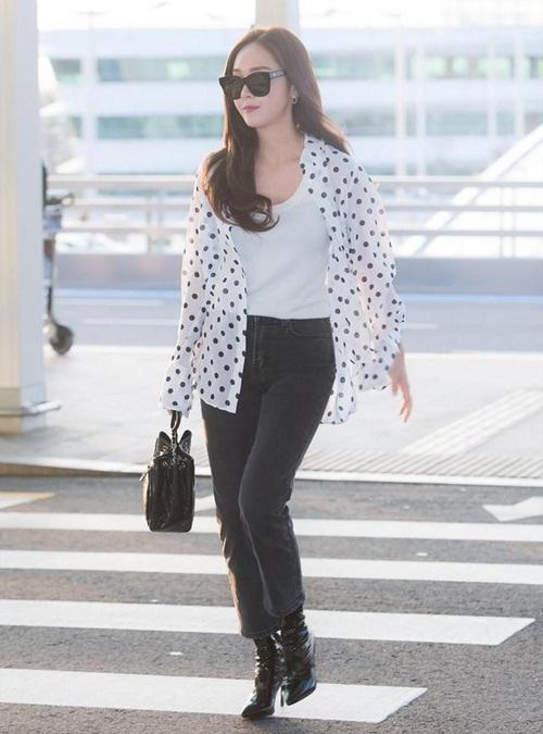 Jessica trung thành với trang phục 2 tông màu đen trắng. Họa tiết chấm bi hứa hẹn gây sốt trở lại trong mùa hè năm nay.