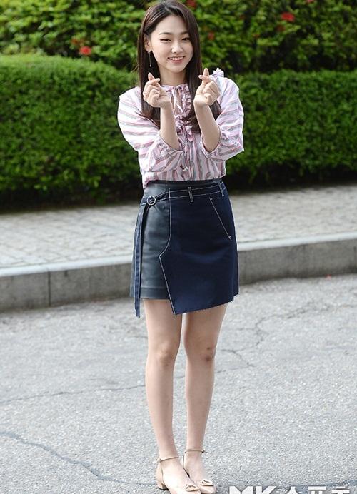 Mina khiến mọi người lo lắng vì lộ đầu gối thâm tím. Cô nàng cùng Yoo Jung đến ghi hình cho show Battle Trip.
