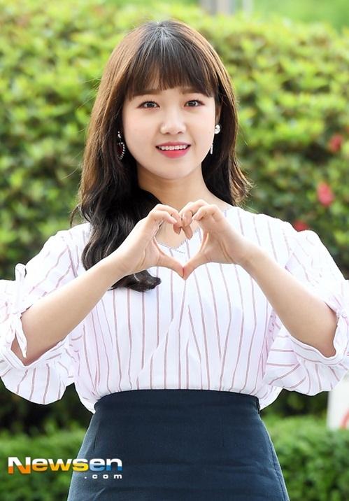 Yoo Jung không thuộc nhóm mỹ nhân theo chuẩn mực Hàn nhưng cô nàng đốn tim fan bằng má bánh bao cute.