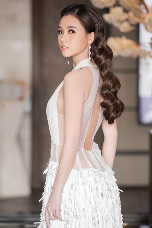 Chiếc váy trắng cắt cúp đẹp mắt giúp Sam khoe đường cong và làn da trắng nõn.