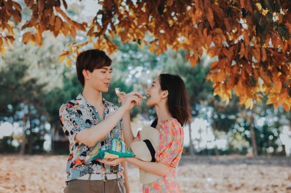 Cặp đôi vẽ nên câu chuyện tình lãng mạn nhưng cũng có cả nước mắt. Erik có những cảnh quay ngọt ngào bên nữ diễn viên Tháng năm rực rỡ.