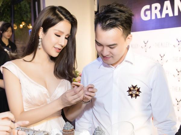 Diệp Lâm Anh dính bạn trai như hình với bóng cận ngày cưới - 1