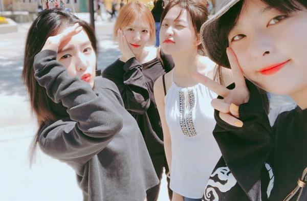 Red Velvet rủ nhau đi chơi khi đến Los Angeles biểu diễn. Irene khiến fan bật cười vì cách che nắng pose hình như... Tôn Ngộ Không.