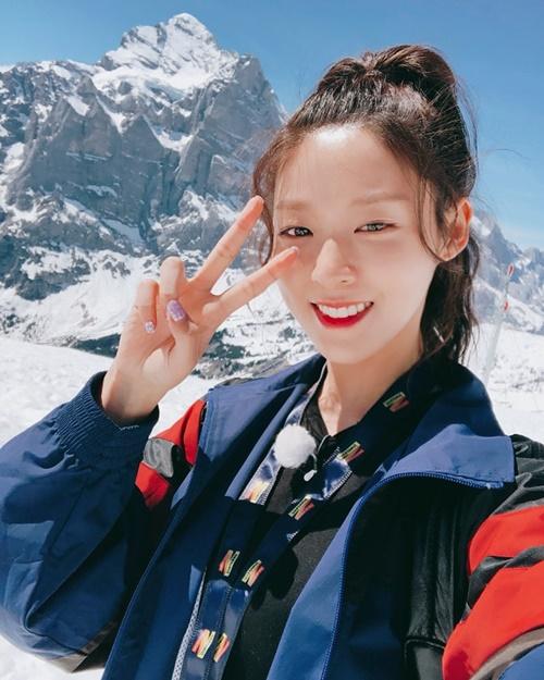 Seol Hyun xinh tươi rạng ngời khi đi leo núi Grindelwald First ở Thụy Sĩ.
