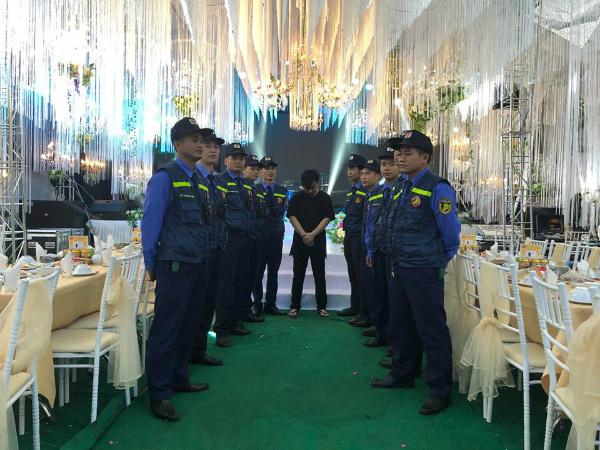 Để đám cưới diễn ra an toàn, gia đình nhà trai đã huy động cả chục bảo vệ để đảm bảo an ninh.