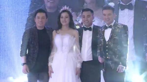 Sự xuất hiện của dàn sao hạng A ở showbiz như Đàm Vĩnh Hưng, Lam Trường khiến đám cưới của Hữu Công trở nên sôi động và gây sự chú ý lớn.
