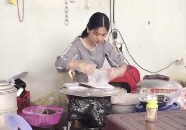 Cô gái ngồi tráng bánh giúp mẹ gây chú ý trên mạng xã hội.