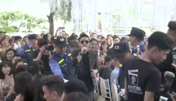 Anh Hai Lam Trường xuất hiện giữa vòng vây và được bảo vệ hộ tống.