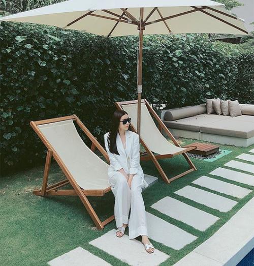 Lam Cúc cũng là một thành viên nổi bật trong hội con nhà giàu Việt Nam. Trang phục mang sắc trắng của người đẹp ghi điểm vì sự thanh lịch.