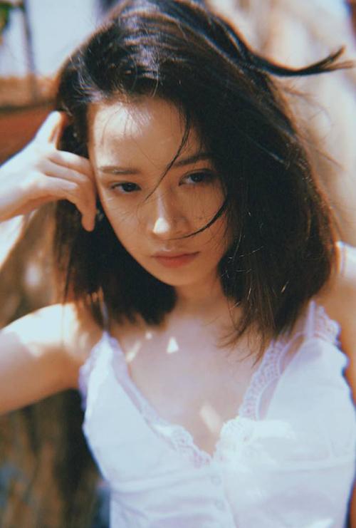 Trong bộ hình, nữ diễn viên gần như không trang điểm, để gương mặt và kiểu tóc mộc mạc.