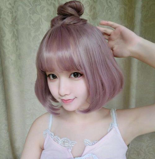 Nếu là người không ngại thử nghiệm xu hướng làm đẹp thật nổi bật, tóc màu hồng khói là gợi ý cho bạn để có vẻ ngoài xinh như búp bê trong mùa hè này.