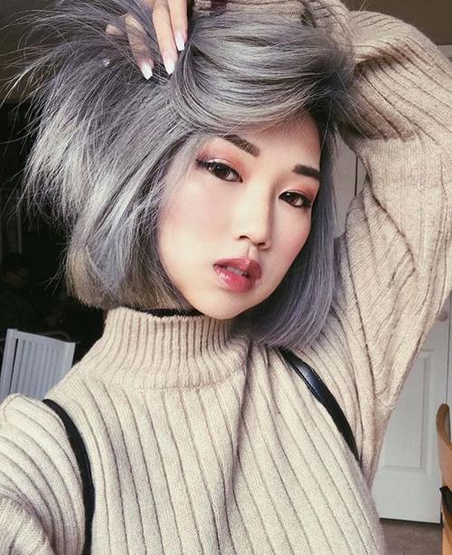 Màu ghi khói từng là xu hướng nổi lên cách đây khoảng 2 năm, được nhiều nàng gọi với biệt danh ngộ nghĩnh là tóc bà ngoại. Tuy nhiên nó không những không khiến con gái già đi mà còn giúp gương mặt thêm trẻ trung, chất chơi.