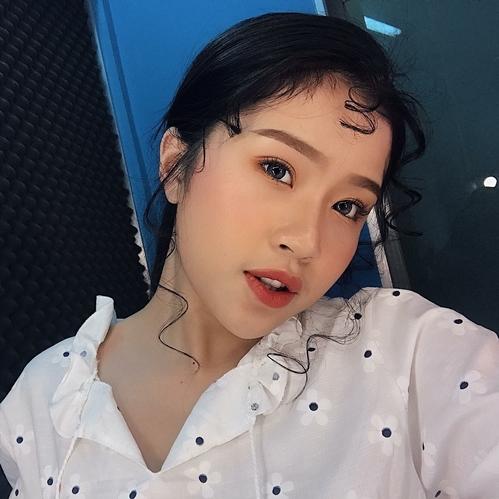 Nguyễn Thiên Quỳnh Thi (sinh năm 1998, đến từ Sài Gòn) là gương mặt gây chú ý trên Instagram. Dù không phải hot girl hay gương mặt trẻ nổi tiếng, cô bạn được nhiều người yêu thích nhờ gương mặt xinh xắn, nụ cười đáng yêu cùng phong cách thời trang bắt kịp trend, luôn đổi mới mỗi khi xuất hiện.