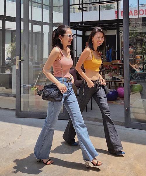 Quỳnh Anh Shyn vốn có gu thời trang tinh tế, cập nhật xu hướng cực tốt nên nhiều lần cô nàng còn kiêm luôn cả vai trò stylist cho cô chị hơn 3 tuổi. Đây cũng là lý do mà thời gian gần đây, cặp đôi này thường xuất hiện với phong cách chẳng khác gì sinh đôi.