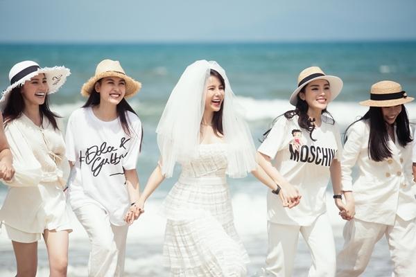 Bữa tiệc diễn ra trên bãi biển với sự góp mặt của hội bạn quyền lực như Hoa hậu Kỳ Duyên, Lam Cúc, Hoa hậu Jolie Nguyễn, Hotgirl Hà Lade, stylist Mạch Huy và quản lý truyền thông của Diệp Lâm Anh.