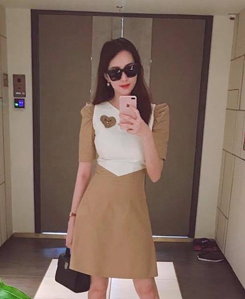 Hơn 1 tháng sau khi sinh con gái đầu lòng, Đặng Thu Thảo chính thức tái xuất trên mạng xã hội. Người đẹp khoe bức ảnh selfie trước gương khi đang diện một chiếc váy bó sát, tôn lên thân hình mảnh mai và vòng eo thon gọn. Hàng trăm bình luận khen ngợi Hoa hậu vì lấy lại vóc dáng thần tốc, mặc đồ ôm vẫn đẹp chẳng khác gì thời son rỗi.