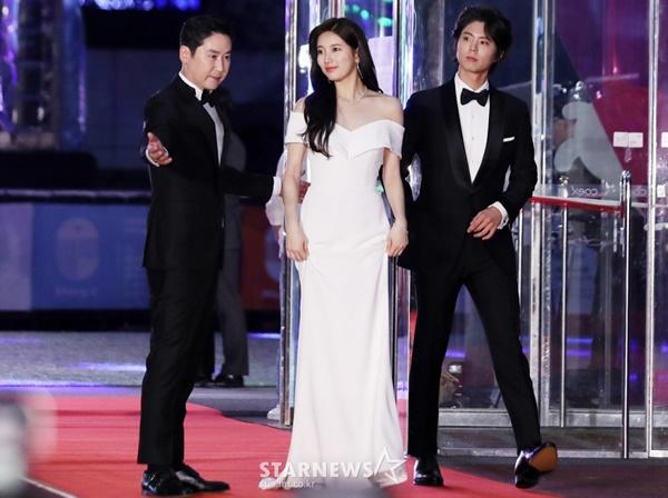 Tối 3/5, dàn sao hạng A Hàn Quốc đổ bộ lễ trao giải Baeksang Arts Awards 2018. Nữ thần Kpop Suzy được hai nam nghệ sĩ Shin Dong Yup và Park Bo Gum hộ tống bước trên thảm đỏ. Đây là bộ ba MC đặc biệt của chương trình.