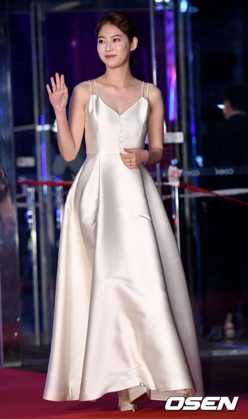 Gong Seung Yeon chọn bộ cánh thanh lịch, trang nhã.