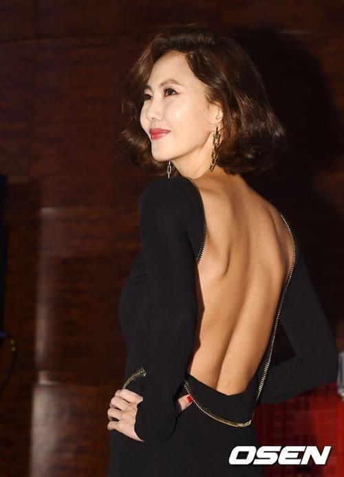 Kim Nam Joo gây chú ý với trang phục khoe trọn lưng trần quyến rũ. Nữ diễn viên U50 chứng tỏ vẻ đẹp mặn mà bất chấp thời gian.