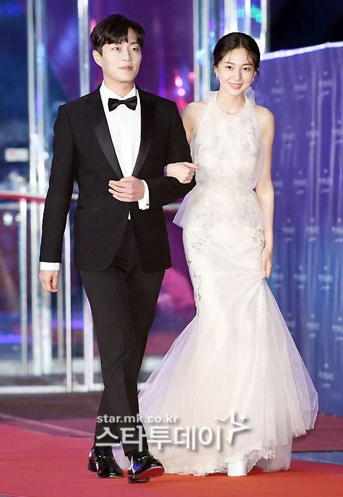 Yoon Doo Joon sánh vai nữ diễn viên Baek Jin Hee tạo thành cặp đôi đẹp trên thảm đỏ.