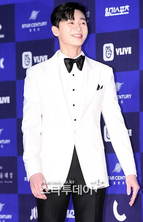Park Seo Joon tươi rói trong bộ vest trắng lịch lãm.