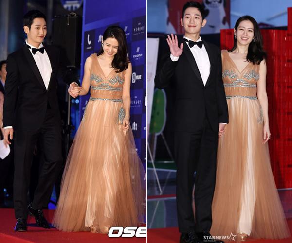 Cặp đôi Chị đẹp mua cơm ngon cho tôi Son Ye Jin và Jung Hae In tay trong tay gây ghen tỵ. Son Ye Jin diện đầm khoét cổ sâu gợi cảm, rạng rõ bên bạn diễn mỹ nam.